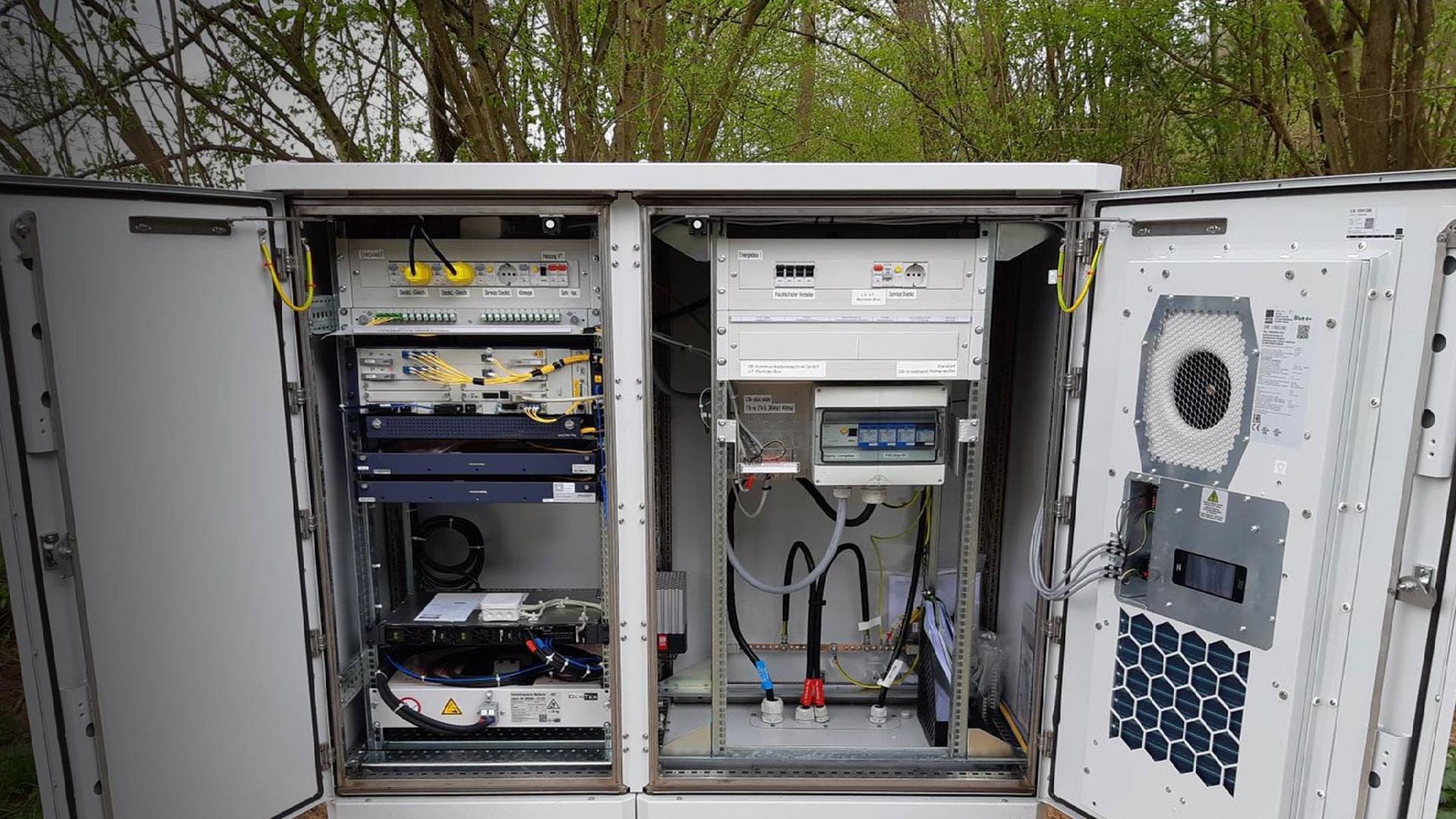 PŸUR Business und DB broadband mit Pilotprojekt zu erstem Verstärker für lange Glasfaserstrecken